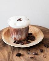 bebida de chocolate gelado com espuma e grãos de cacau foto