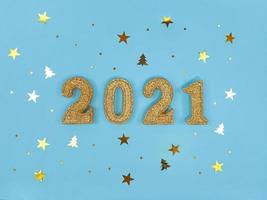 cartão de felicitações de ano novo 2021. figuras de brilho dourado e confetes foto