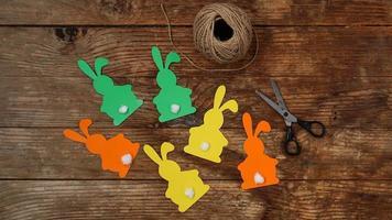 coelhinhos da Páscoa feitos de papel em uma madeira foto