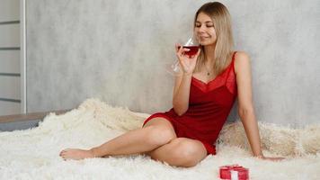 uma bela jovem com vinho na mão. dia dos namorados foto