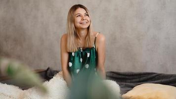 bela loira sorridente de pijama verde. conceito de bom dia foto