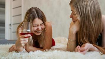 dois amigos estão deitados no sofá conversando foto