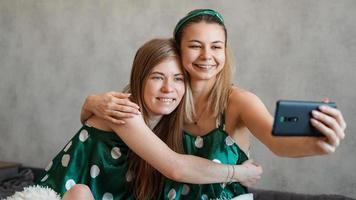 lindas amigas felizes tirando selfie com smartphone foto