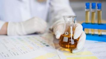 mulher fazendo teste de urina com material de ph em laboratório foto