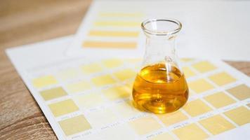 um frasco com urina. conceito de análises médicas foto
