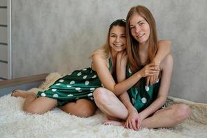 estilo de vida, conceito de amizade - duas lindas garotas de pijama foto