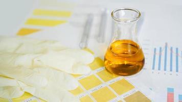 teste de urina. frasco com análises em mesas médicas foto
