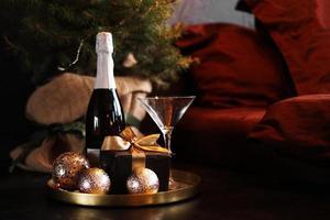 quarto de ano novo. bandeja de champanhe ao lado da cama foto