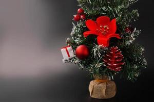 árvore artificial de natal e ano novo decorada foto