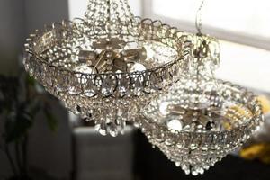 lindo lustre de cristal em uma sala foto