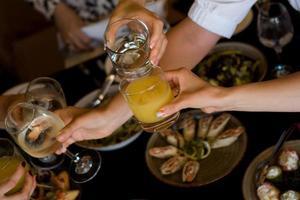 grupo de amigos degustando aperitivo no bar foto