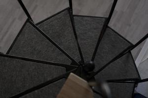 parte da escada em espiral preta foto