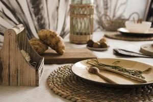 talheres de louça naturais. pratos tons neutros, estilo escandinavo foto