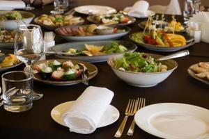 servido em uma mesa de banquete. muita comida foto