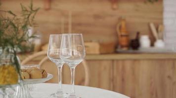 taças de vinho vazias no interior de madeira foto