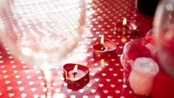 velas para o dia dos namorados, mesa com fundo vermelho festivo foto