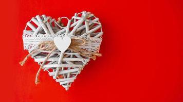 Coração branco feito à mão em fundo vermelho foto