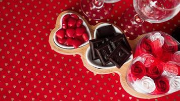 chocolates e doces em pratos em forma de coração foto