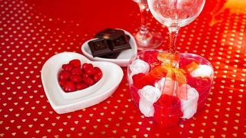 jantar festivo. encontro. fundo vermelho foto
