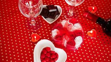 Dia dos Namorados. garrafa de videira, taças, rosas vermelhas foto