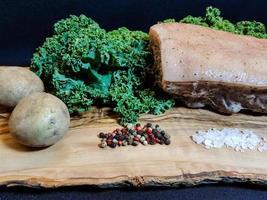 Couve real de porco e encaracolada em madeira de oliveira foto