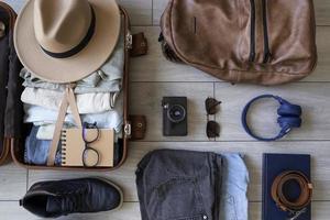 a mala de acessórios de roupas de composição foto
