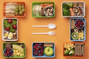 lancheiras de comida saudável com talheres foto