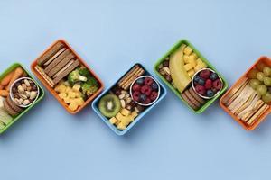 exibição de variedade de lancheiras de comida saudável foto