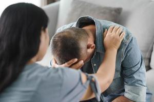 psicólogo colocou a mão no ombro para animar o homem deprimido mental. foto