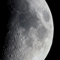 lua crescente vista com telescópio foto