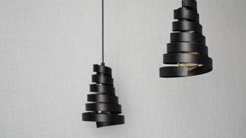 um lustre moderno feito de espiral de metal preto foto
