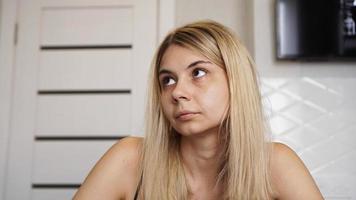 retrato de mulher jovem com a testa franzida e olhando para cima foto