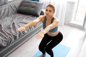conceito de treinamento e estilo de vida - mulher fazendo exercícios e agachamentos foto