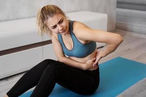 retrato de mulher jovem sentada no tapete de ioga foto