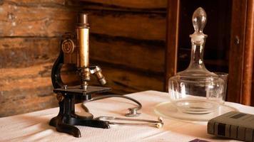microscópio antigo em um antigo laboratório autêntico. foto