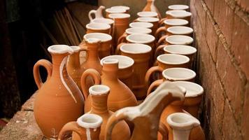 foto de close-up de jarros de barro. fileiras de jarros de cerâmica feitos à mão
