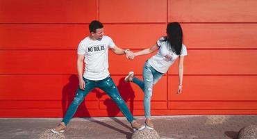 jovem casal apaixonado e sorridente, homem segurando a mão de uma mulher atraente foto