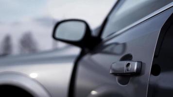 foto horizontal colorida de maçaneta de porta de carro em prata escura