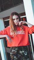 modelo vestindo um moletom vermelho com a inscrição los angeles foto