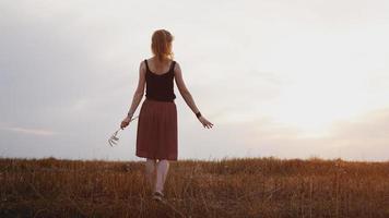 jovem curtindo a natureza e a luz do sol em um campo de palha foto