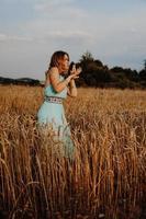 bela jovem dançando no campo foto