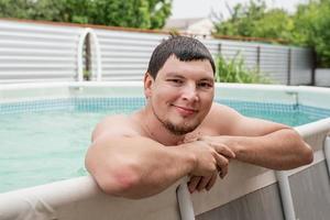 retrato de um jovem na piscina foto