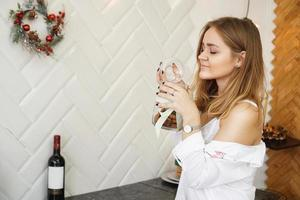 linda mulher segurando biscoitos cheirosos com os olhos fechados e relaxando foto