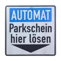 sinal alemão isolado sobre o branco. pagar a multa de estacionamento aqui foto