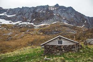 velha casa de pedra e madeira nas montanhas foto