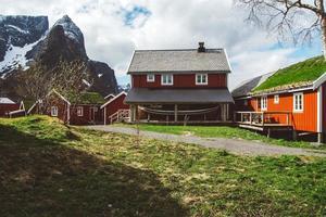 casas vermelhas de pescadores nas montanhas foto