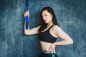 mulher atlética com faixa azul foto