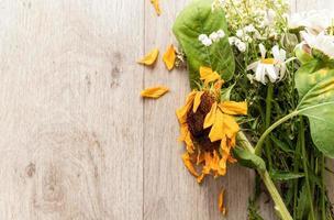 um buquê de flores murchas no chão foto