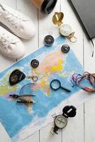 mapa de vista superior do mundo com várias bússolas. planejando uma viagem foto