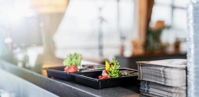 sushi na mesa de serviço do restaurante foto